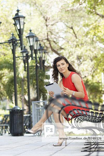 Städtisches Motiv Städtische Motive Straßenszene benutzen Europäer Geschäftsfrau Tablet PC