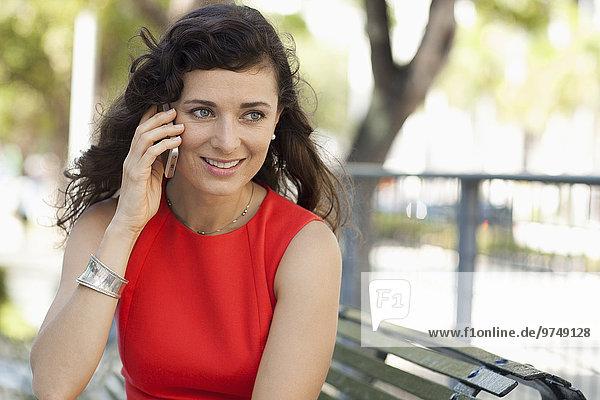Handy Städtisches Motiv Städtische Motive Straßenszene Europäer Geschäftsfrau sprechen