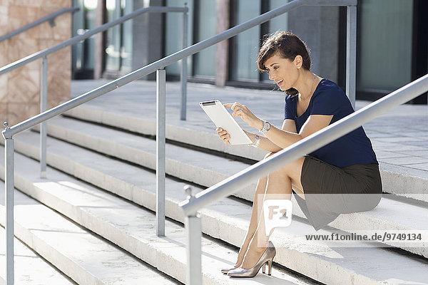 benutzen Europäer Geschäftsfrau Treppenhaus Tablet PC