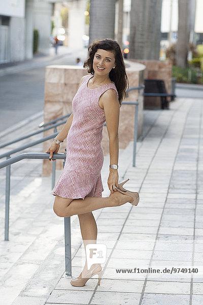 Europäer Frau Schuh berichtigen Treppenhaus