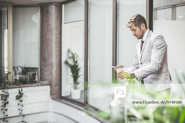 Handy benutzen Europäer Geschäftsmann Balkon Büro
