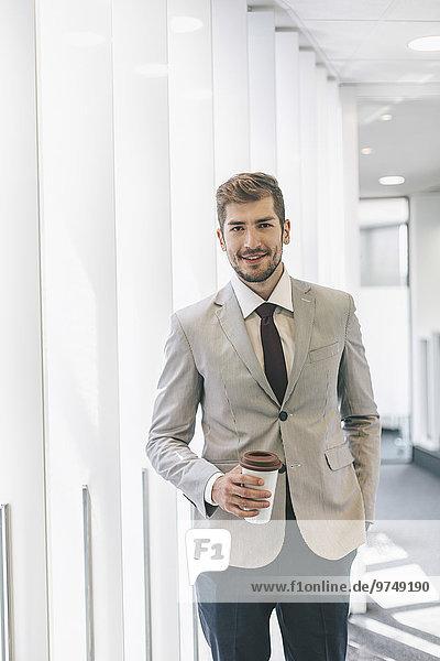 Korridor Korridore Flur Flure Europäer Geschäftsmann Büro trinken Kaffee