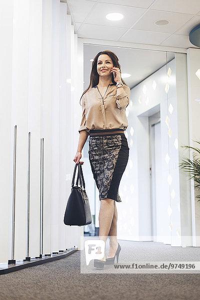 Handy Korridor Korridore Flur Flure Europäer Geschäftsfrau sprechen Büro