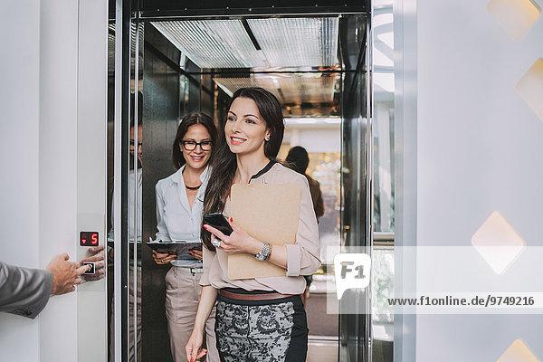 Europäer Geschäftsfrau Aufzugsanlage aussteigen