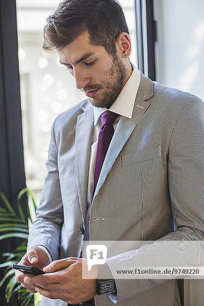 Handy benutzen Europäer Geschäftsmann