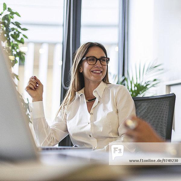 Europäer Geschäftsfrau Schreibtisch lächeln Büro