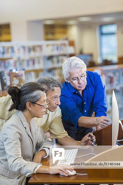 benutzen Computer Hilfe Lehrer Bibliotheksgebäude Student Erwachsener