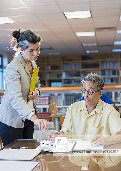 Hilfe Lehrer Bibliotheksgebäude Student Erwachsener