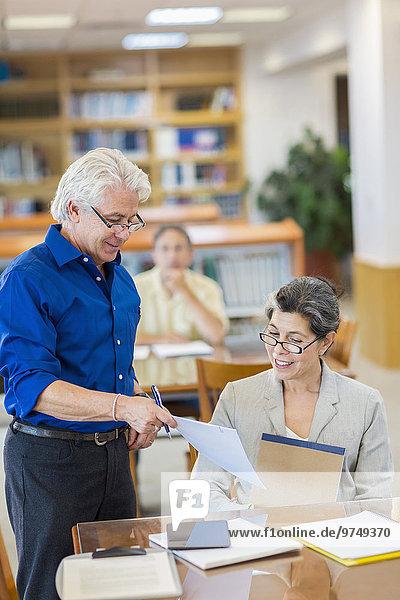 benutzen Hilfe Lehrer Bibliotheksgebäude Student Tablet PC Erwachsener