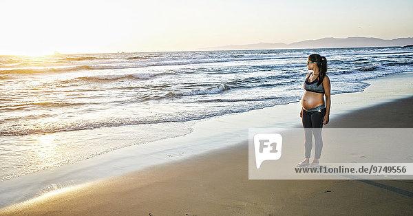 stehend Frau Strand Hispanier Schwangerschaft