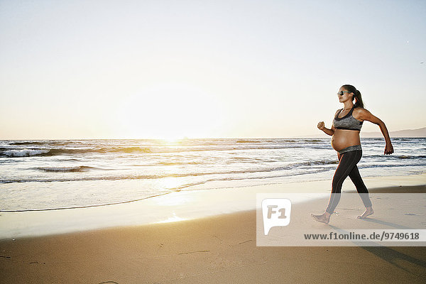 Frau gehen Strand Hispanier Schwangerschaft