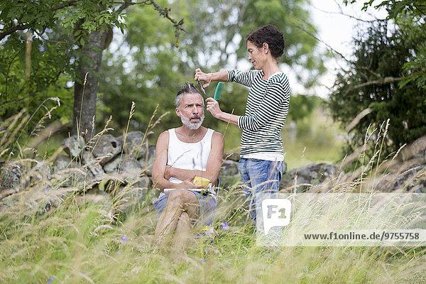 Frau Mann schneiden Garten Haar