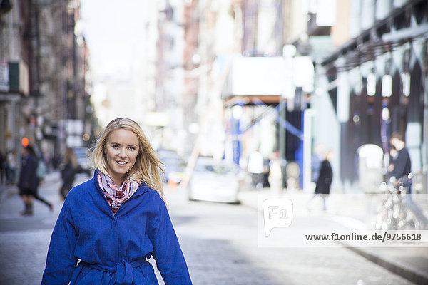 junge Frau junge Frauen lächeln Straße