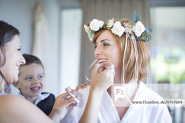 Braut bereitet sich auf die Hochzeit mit Brautjungfer vor