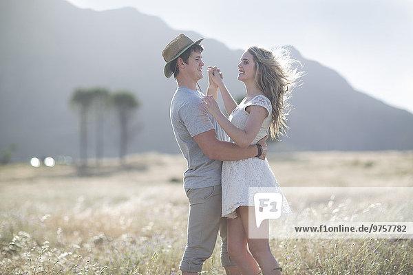 Südafrika  Junges Paar umarmt sich im Feld