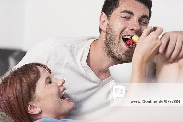 Junges Paar bei einem Obstsalat
