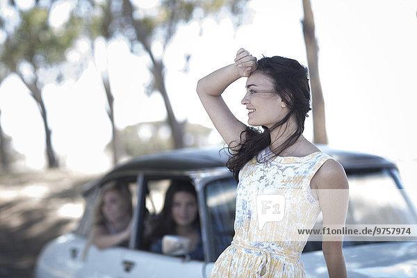 Südafrika  Junge Frau auf Roadtrip mit Freunden auf der Suche nach einer Wegbeschreibung