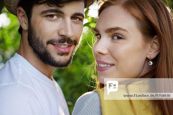 Porträt eines glücklichen jungen Paares im Freien