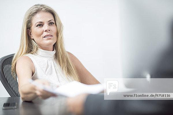 Geschäftsfrau leitet eine Besprechung im Konferenzraum