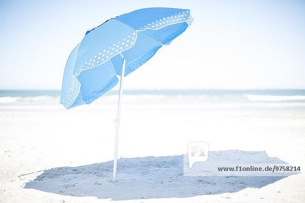 Blauer Sonnenschirm am Strand