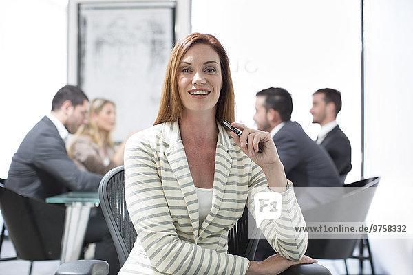 Porträt einer selbstbewussten Geschäftsfrau im Sitzungssaal