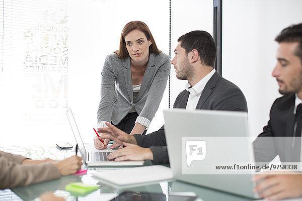 Geschäftsfrau  die ein Meeting leitet