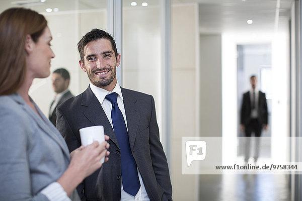 Geschäftsmann und Geschäftsfrau treffen sich auf der Büroetage