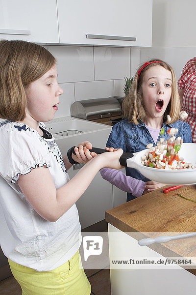 Zwei Schwestern beim gemeinsamen Kochen