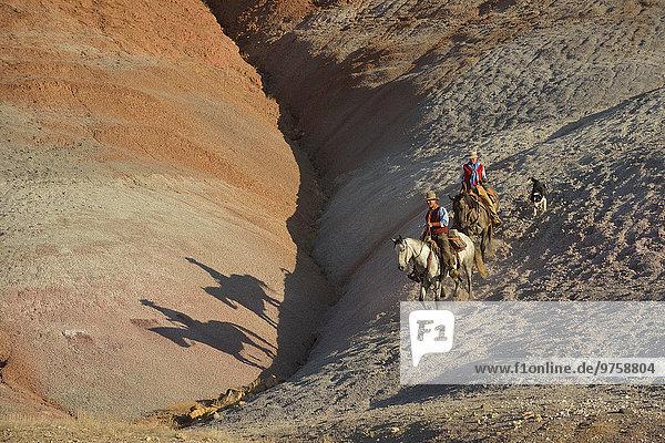 USA  Wyoming  Cowgirl und Cowboy Reiten in Badlands