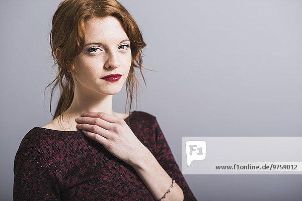 Porträt einer selbstbewussten jungen Frau