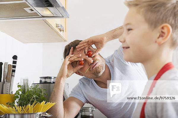 Vater und Sohn haben Spaß in der Küche