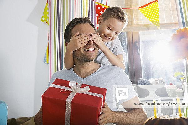 Sohn überrascht seinen Vater mit Geburtstagsgeschenk