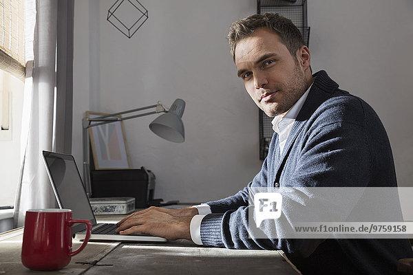 Porträt eines Mannes im Home-Office