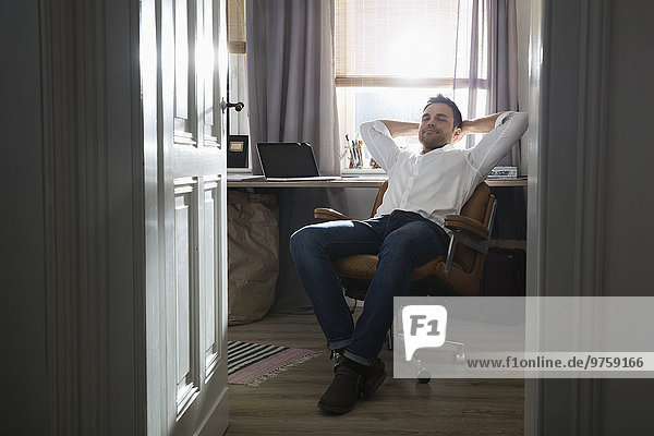 Mann macht eine Pause in seinem Home-Office