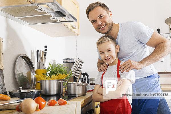 Porträt von Vater und Sohn in der Küche