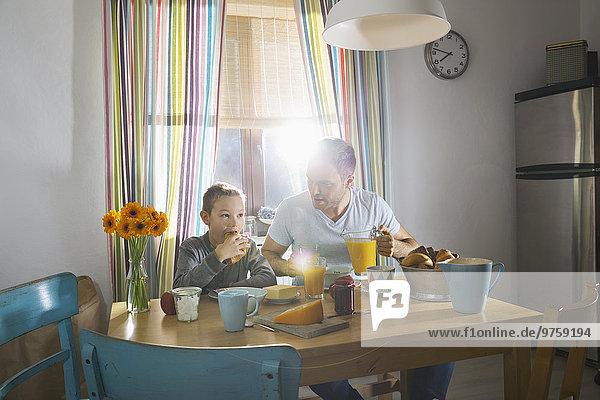 Vater und Sohn sitzen am Frühstückstisch