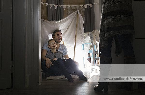 Frau entdeckt Mann und Sohn im selbstgebauten Zelt zu Hause