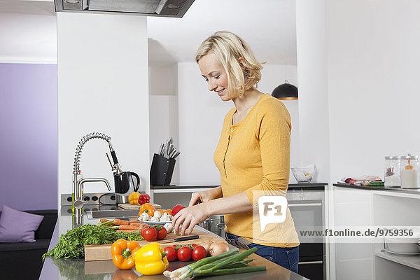 Frau kocht in der Küche
