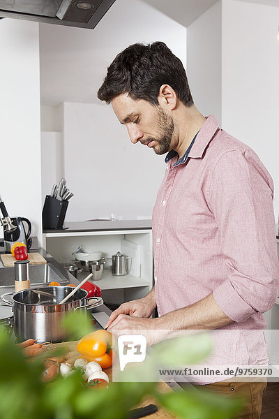 Mann kocht in der Küche