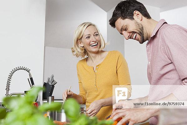 Glückliches Paar beim Kochen in der Küche