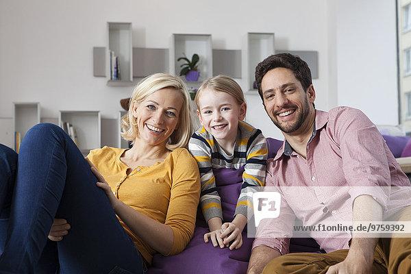 Porträt der glücklichen Mutter  des Vaters und der Tochter zu Hause