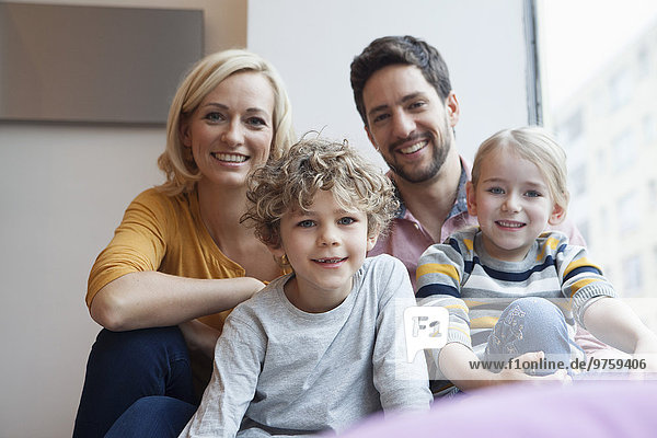 Porträt einer glücklichen Familie am Fenster