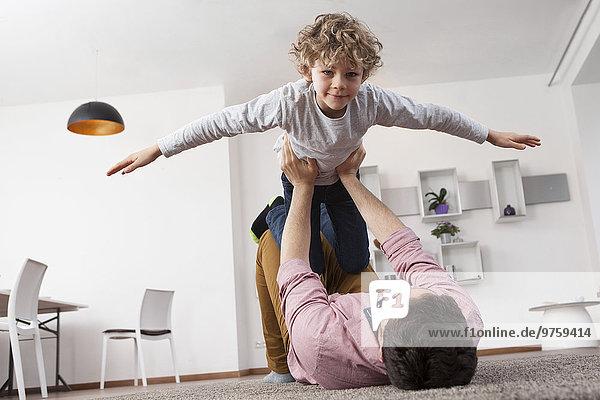 Vater spielt mit Sohn zu Hause
