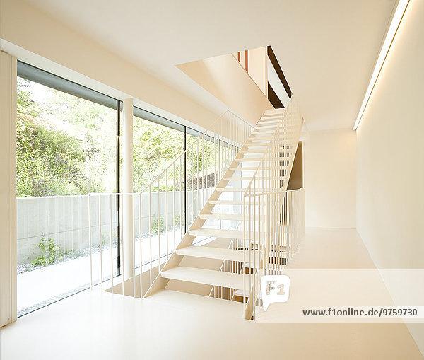 Wohneigentum  moderner Flur mit Treppe