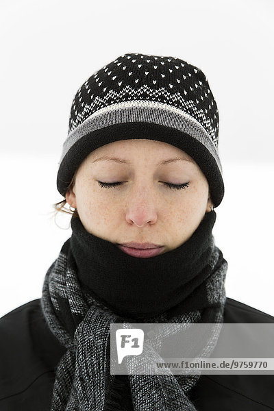 Deutschland  Baden-Württemberg  Waldshut-Tiengen  Frau in Winterkleidung mit geschlossenen Augen