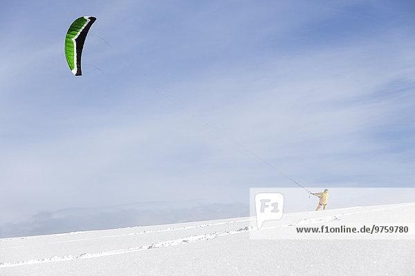 Deutschland  Baden-Württemberg  Waldshut-Tiengen  Kitesurfer im Schnee