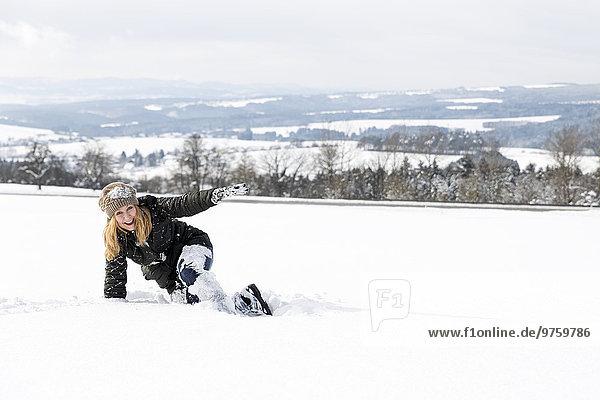 Deutschland  Baden-Württemberg  Waldshut-Tiengen  verspielte Frau im Schnee