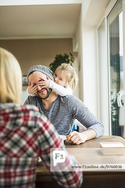 Tochter bedeckt Vaters Augen
