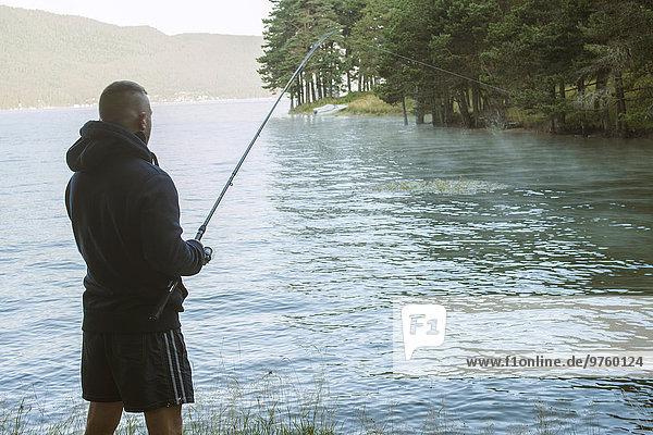 Bulgarien  Mann beim Fischen am Staudamm