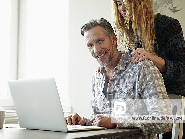 Deutschland  Köln  Erwachsener Mann und erwachsene Tochter beim Surfen im Internet